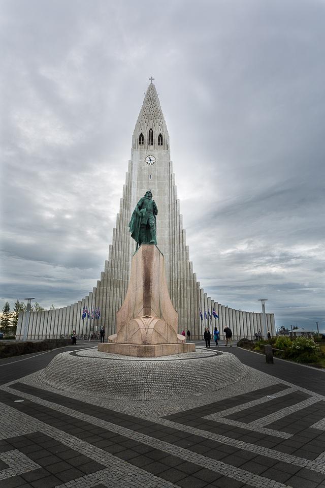 Leifur Eriksson Plaza, Haligrimskirkja Church