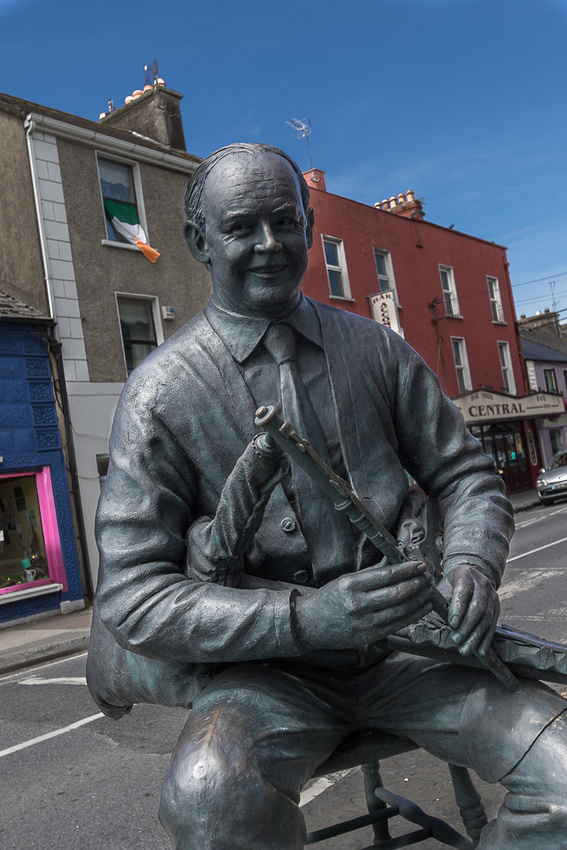 Willy Clancy statue, Milton Malbay, Irelenad
